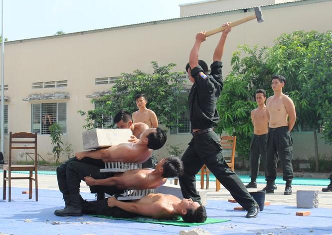 Xem cảnh sát cơ động biểu diễn sức mạnh 'mình đồng da sắt' ảnh 14
