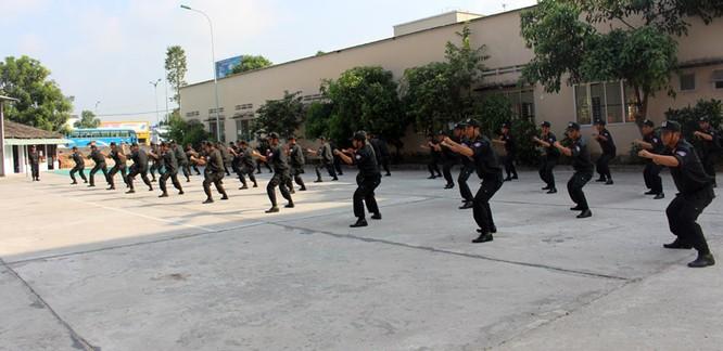 Xem cảnh sát cơ động biểu diễn sức mạnh 'mình đồng da sắt' ảnh 1