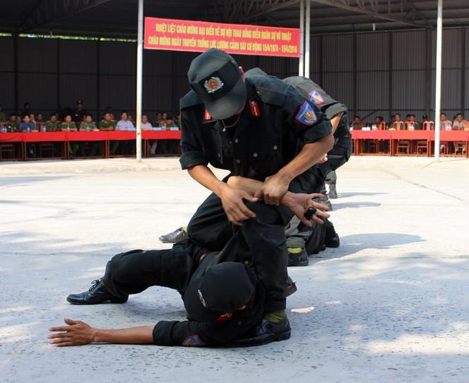 Xem cảnh sát cơ động biểu diễn sức mạnh 'mình đồng da sắt' ảnh 2