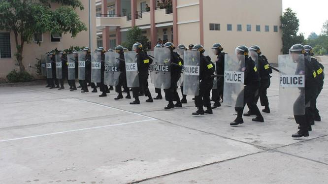 Xem cảnh sát cơ động biểu diễn sức mạnh 'mình đồng da sắt' ảnh 3