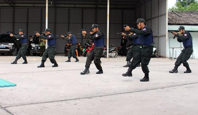 Xem cảnh sát cơ động biểu diễn sức mạnh 'mình đồng da sắt' ảnh 4