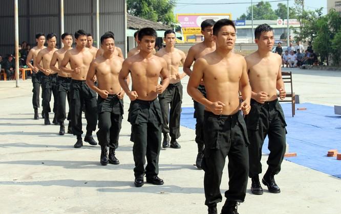 Xem cảnh sát cơ động biểu diễn sức mạnh 'mình đồng da sắt' ảnh 5