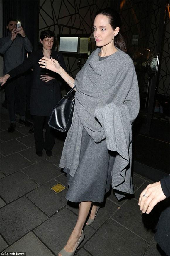 """Angelina Jolie """"trơ xương"""" sau tin đồn tiều tụy sắp chết ảnh 2"""