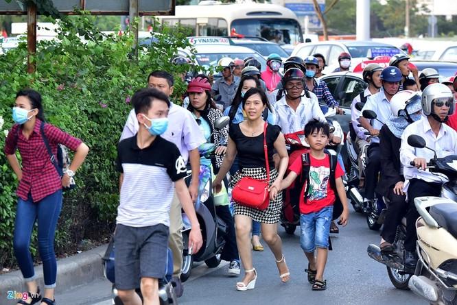 Tp.HCM: Nhiều người chạy bộ tới sân bay Tân Sơn Nhất ảnh 12
