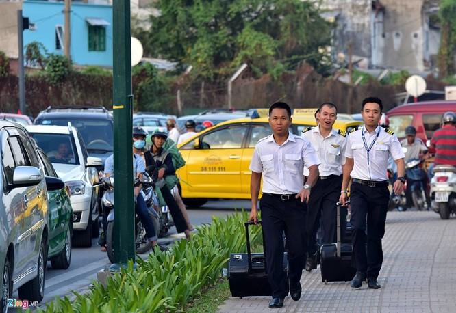 Tp.HCM: Nhiều người chạy bộ tới sân bay Tân Sơn Nhất ảnh 13