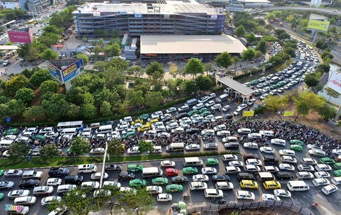 Tp.HCM: Nhiều người chạy bộ tới sân bay Tân Sơn Nhất ảnh 3