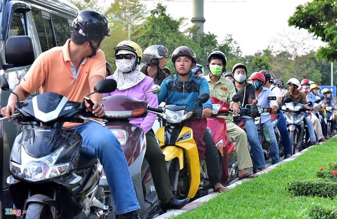 Tp.HCM: Nhiều người chạy bộ tới sân bay Tân Sơn Nhất ảnh 5