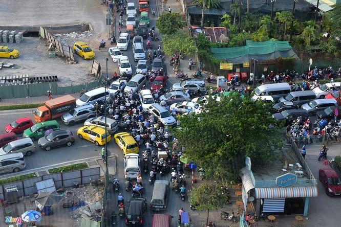 Tp.HCM: Nhiều người chạy bộ tới sân bay Tân Sơn Nhất ảnh 6