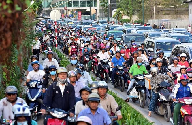 Tp.HCM: Nhiều người chạy bộ tới sân bay Tân Sơn Nhất ảnh 7