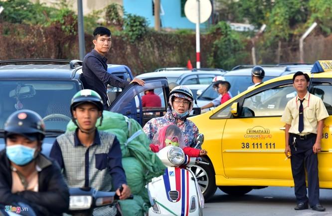 Tp.HCM: Nhiều người chạy bộ tới sân bay Tân Sơn Nhất ảnh 9