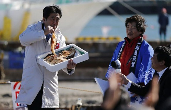 """Thủ tướng Nhật """"chọn cá"""" sau thảm hoạ rò rỉ phóng xạ Fukushima ảnh 3"""