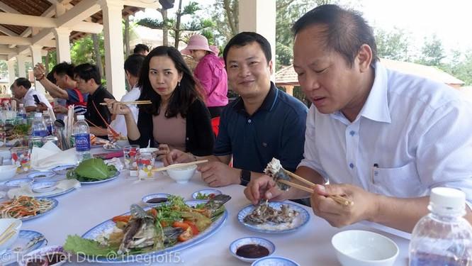 Bộ trưởng TT&TT mời nhà báo ăn cá biển tại Quảng Bình ảnh 1