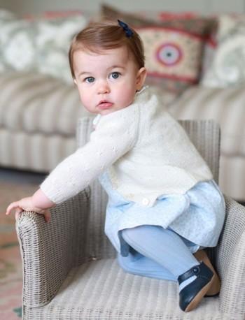 Hoàng gia Anh tung loạt ảnh công chúa Charlotte tròn một tuổi ảnh 1