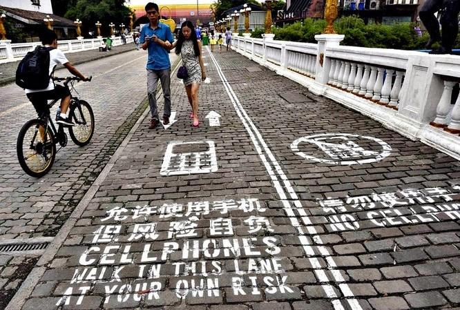 Phát minh đèn giao thông cho người nghiện smartphone ảnh 1
