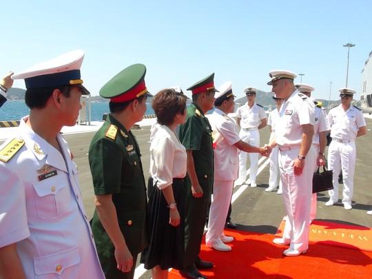 """Tàu đổ bộ """"khủng"""" của Pháp cập cảng Cam Ranh ảnh 3"""