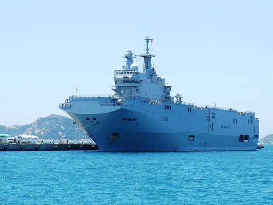"""Tàu đổ bộ """"khủng"""" của Pháp cập cảng Cam Ranh ảnh 1"""