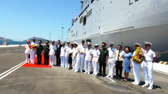 """Tàu đổ bộ """"khủng"""" của Pháp cập cảng Cam Ranh ảnh 2"""