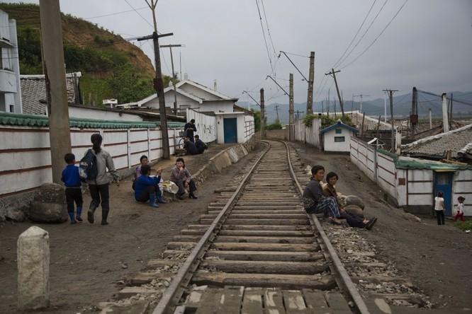 Triều Tiên: Sự khác biệt giữa cuộc sống ở Bình Nhưỡng và vùng nông thôn ảnh 1
