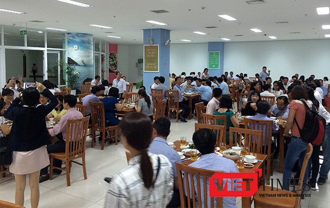 Trưa nay (ngày 4/5), gần 300 cán bộ công chức thuộc 20 sở ngành Đà Nẵng đã cùng Chủ tịch, Phó Chủ tịch UBND TP Đà Nẵng dùng cơm trưa với thực đơn hải sản.