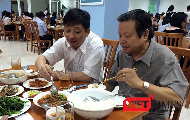 Phó Chủ tịch UBND TP Đà Nẵng Đặng Việt Dũng dùng bữa trưa hải sản với cán bộ công chức tại căn tin Trung tâm hành chính