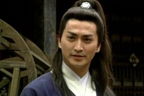 Trở về Hồng Kông (Trung Quốc), Hà Gia Kính bắt đầu có hứng thú với nghề diễn xuất. Cuối thập niên 80, anh đầu quân cho công ty điện ảnh Trung Hoa của Đài Loan. Năm 1993, Gia Kính đảm nhận vai Triển Chiêu và góp mặt trong cả 236 tập phim