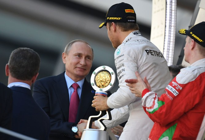 Tổng thống Nga Vladimir Putin tại lễ trao giải Grand Prix Nga cuộc đua 'Công thức 1'