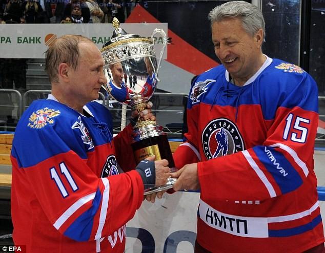 """Video: Putin ngã """"chổng vó"""" trên sân băng ảnh 10"""