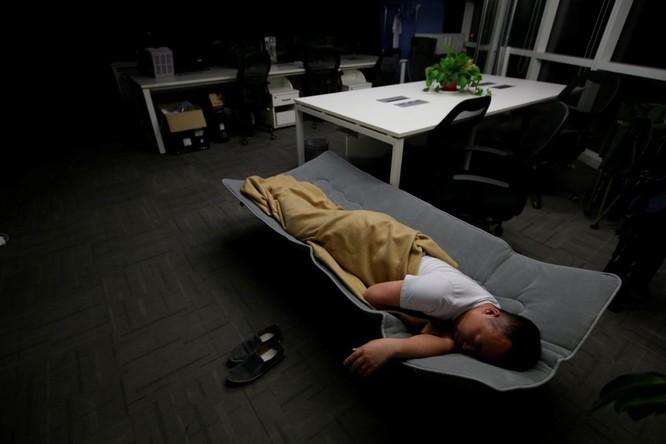 Cận cảnh cuộc sống ăn, ngủ, tắm ngay tại văn phòng của nhân viên IT Trung Quốc ảnh 10