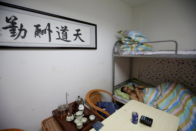 Cận cảnh cuộc sống ăn, ngủ, tắm ngay tại văn phòng của nhân viên IT Trung Quốc ảnh 11