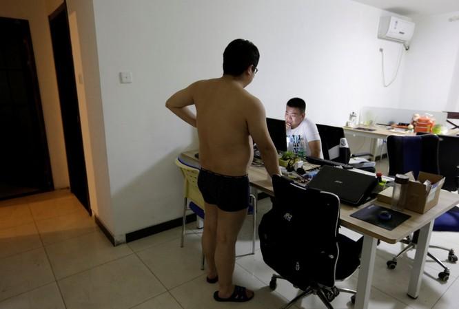 Cận cảnh cuộc sống ăn, ngủ, tắm ngay tại văn phòng của nhân viên IT Trung Quốc ảnh 12
