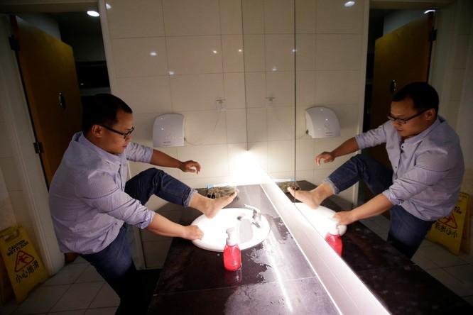 Cận cảnh cuộc sống ăn, ngủ, tắm ngay tại văn phòng của nhân viên IT Trung Quốc ảnh 13