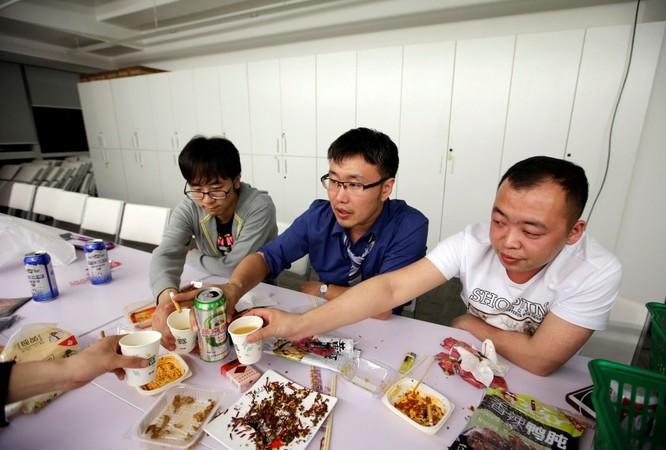 Cận cảnh cuộc sống ăn, ngủ, tắm ngay tại văn phòng của nhân viên IT Trung Quốc ảnh 14