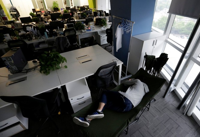 Cận cảnh cuộc sống ăn, ngủ, tắm ngay tại văn phòng của nhân viên IT Trung Quốc ảnh 4