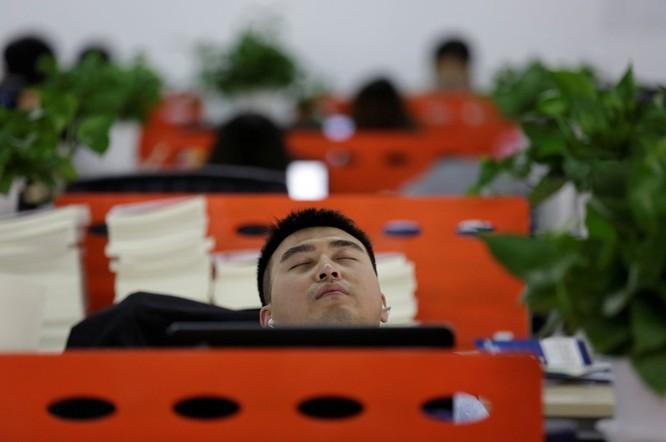 Cận cảnh cuộc sống ăn, ngủ, tắm ngay tại văn phòng của nhân viên IT Trung Quốc ảnh 7