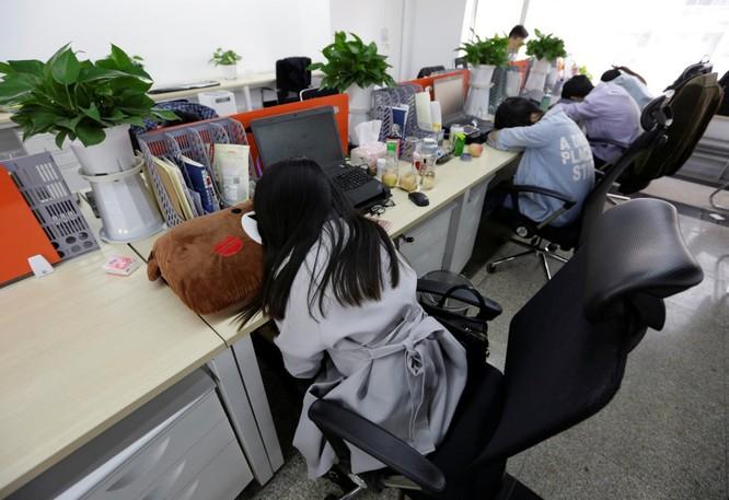 Cận cảnh cuộc sống ăn, ngủ, tắm ngay tại văn phòng của nhân viên IT Trung Quốc ảnh 8