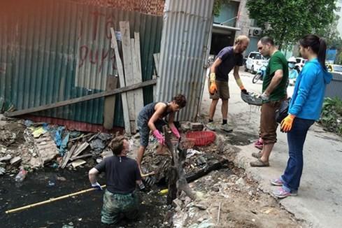 Khách Tây lội cống thối ở Hà Nội để vớt rác ảnh 1