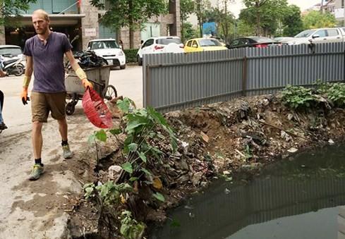 Khách Tây lội cống thối ở Hà Nội để vớt rác ảnh 3
