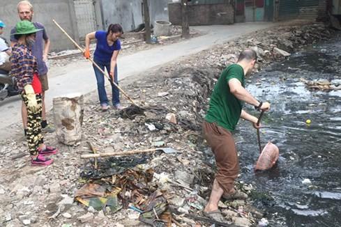 Khách Tây lội cống thối ở Hà Nội để vớt rác ảnh 2