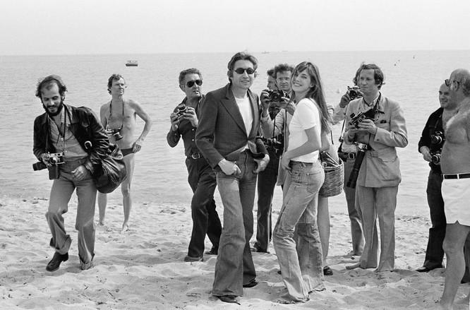 Diễn viên và đạo diễn Serge Gainsbourg với vợ anh, nữ diễn viên Jane Birkin, 1974