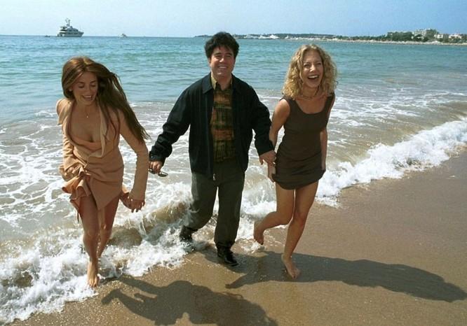 Nữ diễn viên Penelope Cruz, đạo diễn Pedro Almodovar và nữ diễn viên Cecilia Roth, 1999