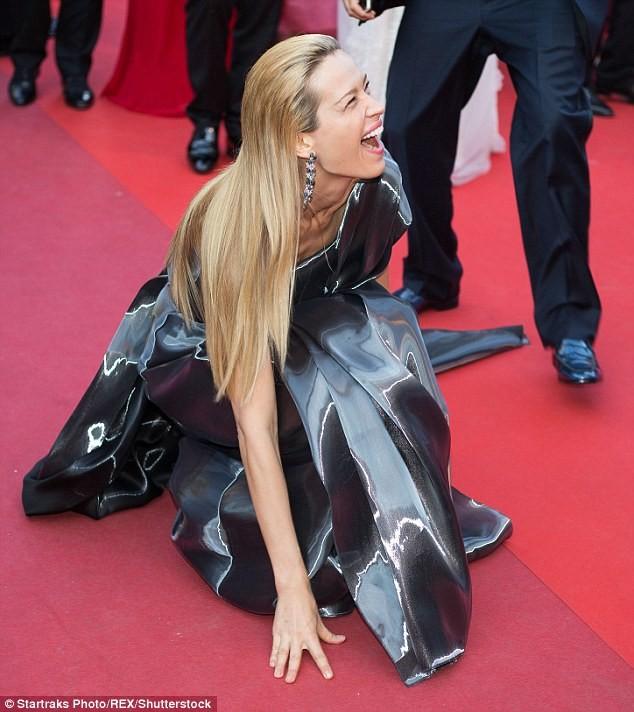 Video: Chân dài Séc 'xoạc cẳng' đo thảm đỏ Cannes ảnh 1