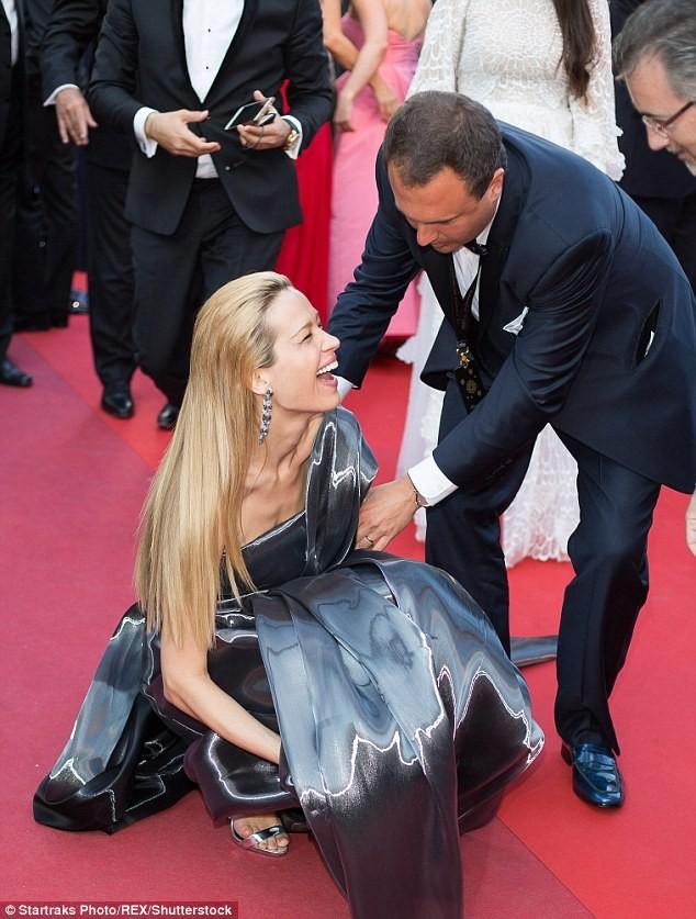 Video: Chân dài Séc 'xoạc cẳng' đo thảm đỏ Cannes ảnh 2