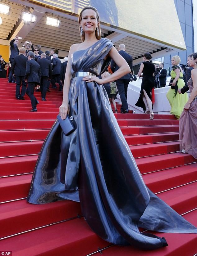 Video: Chân dài Séc 'xoạc cẳng' đo thảm đỏ Cannes ảnh 4