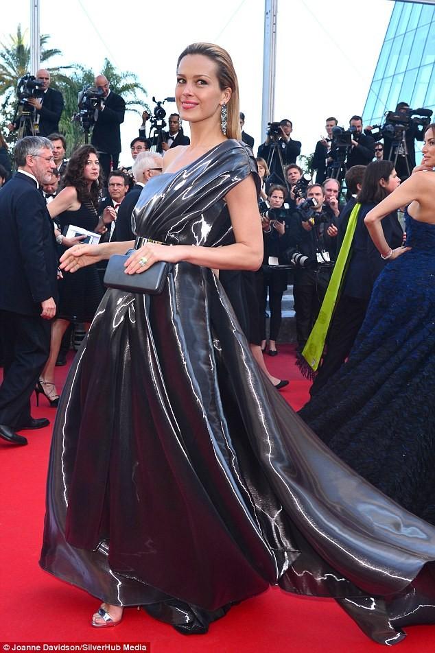 Video: Chân dài Séc 'xoạc cẳng' đo thảm đỏ Cannes ảnh 5