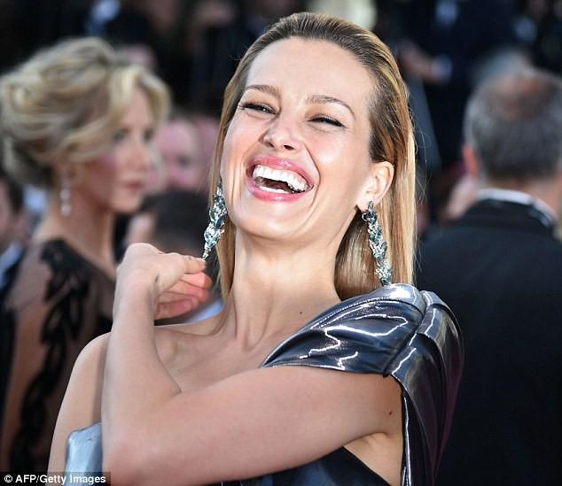 Video: Chân dài Séc 'xoạc cẳng' đo thảm đỏ Cannes ảnh 6