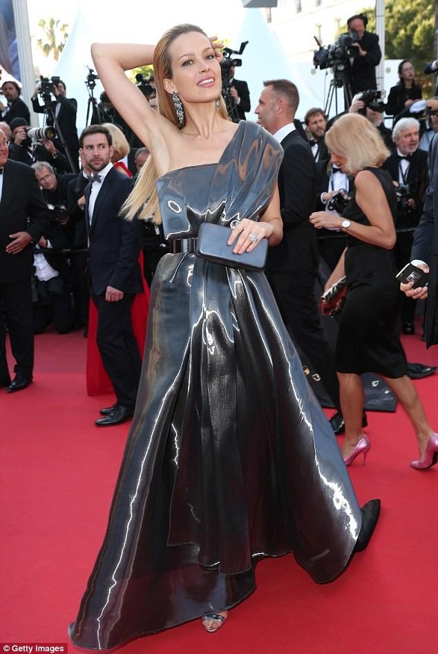 Video: Chân dài Séc 'xoạc cẳng' đo thảm đỏ Cannes ảnh 7