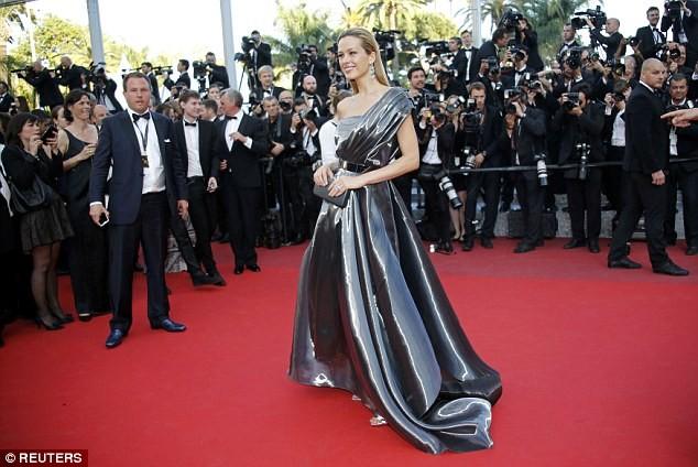 Video: Chân dài Séc 'xoạc cẳng' đo thảm đỏ Cannes ảnh 8