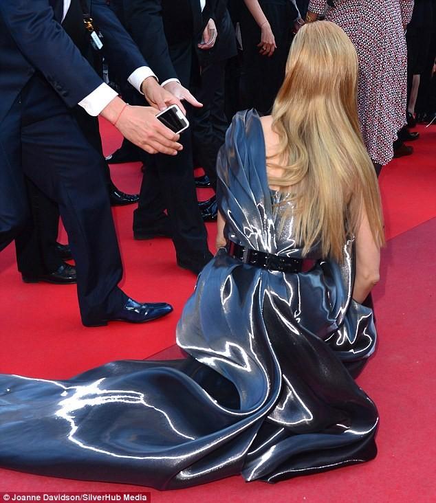 Video: Chân dài Séc 'xoạc cẳng' đo thảm đỏ Cannes ảnh 3