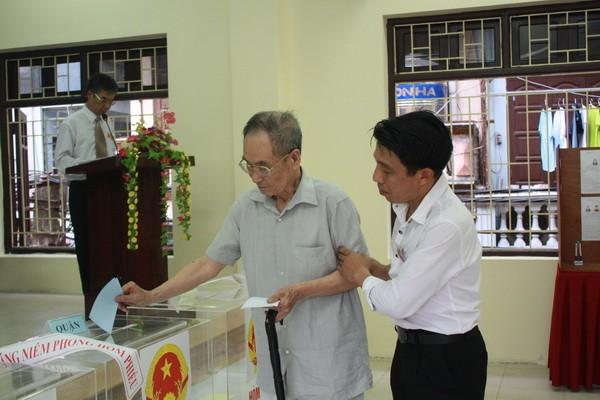 Chùm ảnh: Cử tri Hà Nội nô nức đi bầu cử ảnh 4