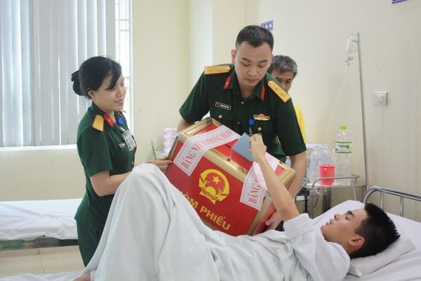 Chùm ảnh: Cử tri Hà Nội nô nức đi bầu cử ảnh 14